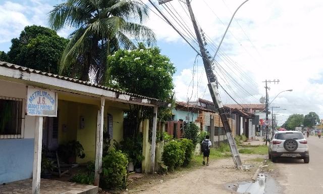 Poste só não caiu por causa dos cabos. Fotos: Seles Nafes