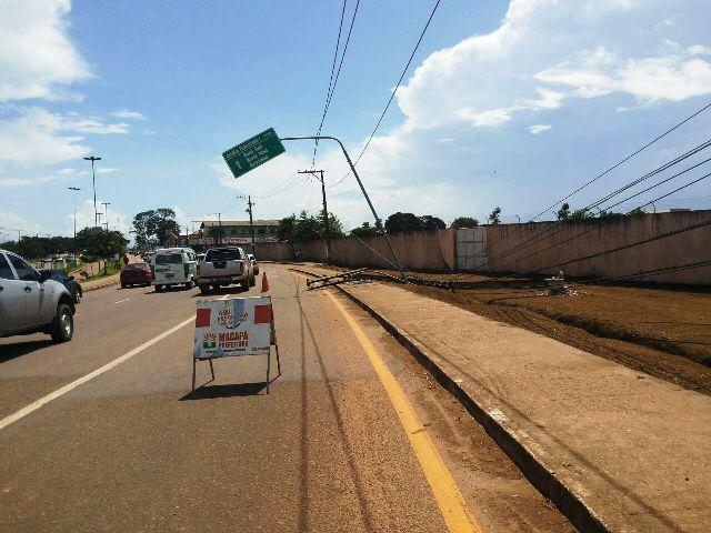 Moradores ficaram sem energia elétrica com a queda do poste