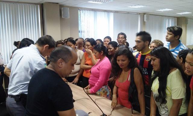 Famílias se organizam para entregar documento o MP. Fotos: Cássia Lima