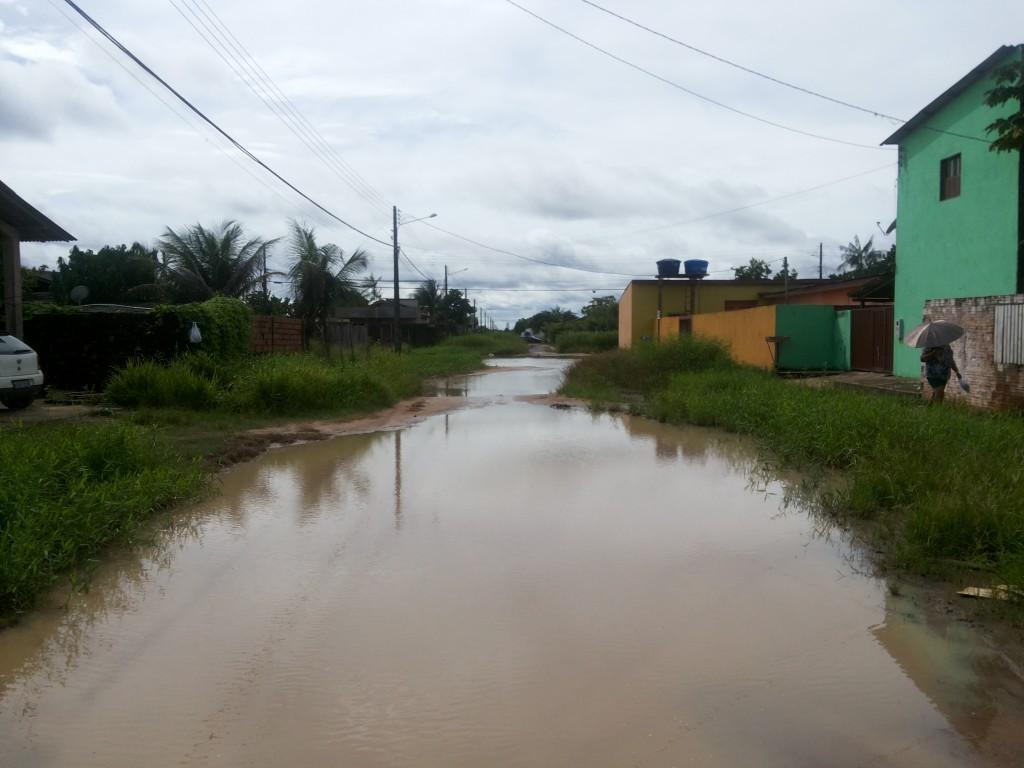 Ruas viraram verdadeiros rios, impedindo o tráfego de pessoas