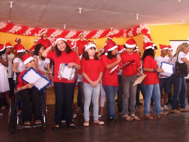 Alice participando de apresentação no coral da escola