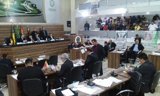 Vereadores aprovaram o orçamento, que agora poderá ser alterado. Fotos: Cássia LIma