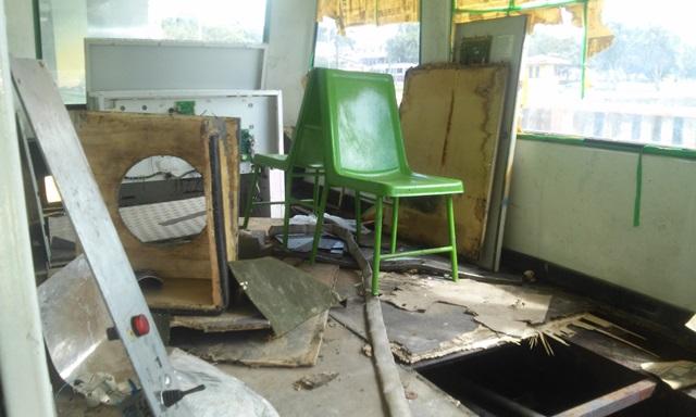 Parte interior do bondinho está toda destruída. Fotos: Cássia Lima