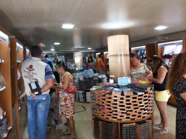 Público visita o barco