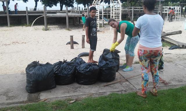 Muitos sacos de lixo ficaram cheios. Fotos: Cássia Lima