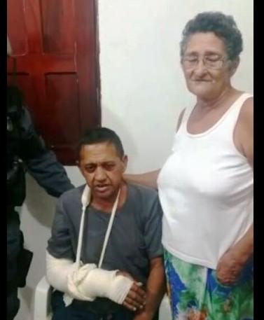 Mototaxista Benedito e a esposa após atendimento no HE