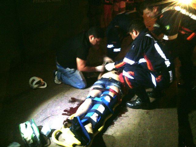 Ana Suely é atendida por paramedicos e bombeiros que parou para prestar socorro. Fotos: Olho de Boto
