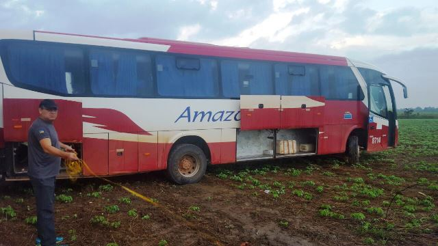 Peritos analisam o acidente: ônibus foi arrastado por 30 metros
