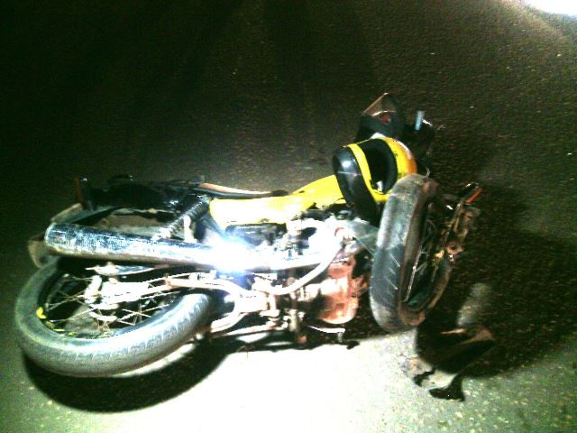Moto atingida pela Corsa. Alguém tentou ultrapassar