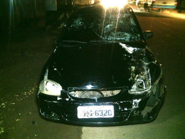 Carro dirigido por Raimundo, que tentou fugir e foi impedido por moradores. Fotos: Olho de Boto