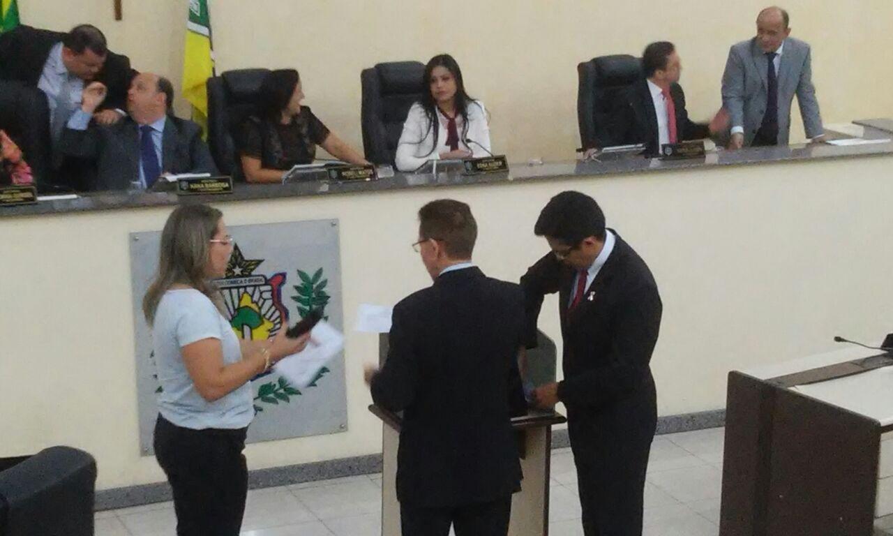 Deputados checam a urna antes da votação secreta. Fotos: Cássia Lima