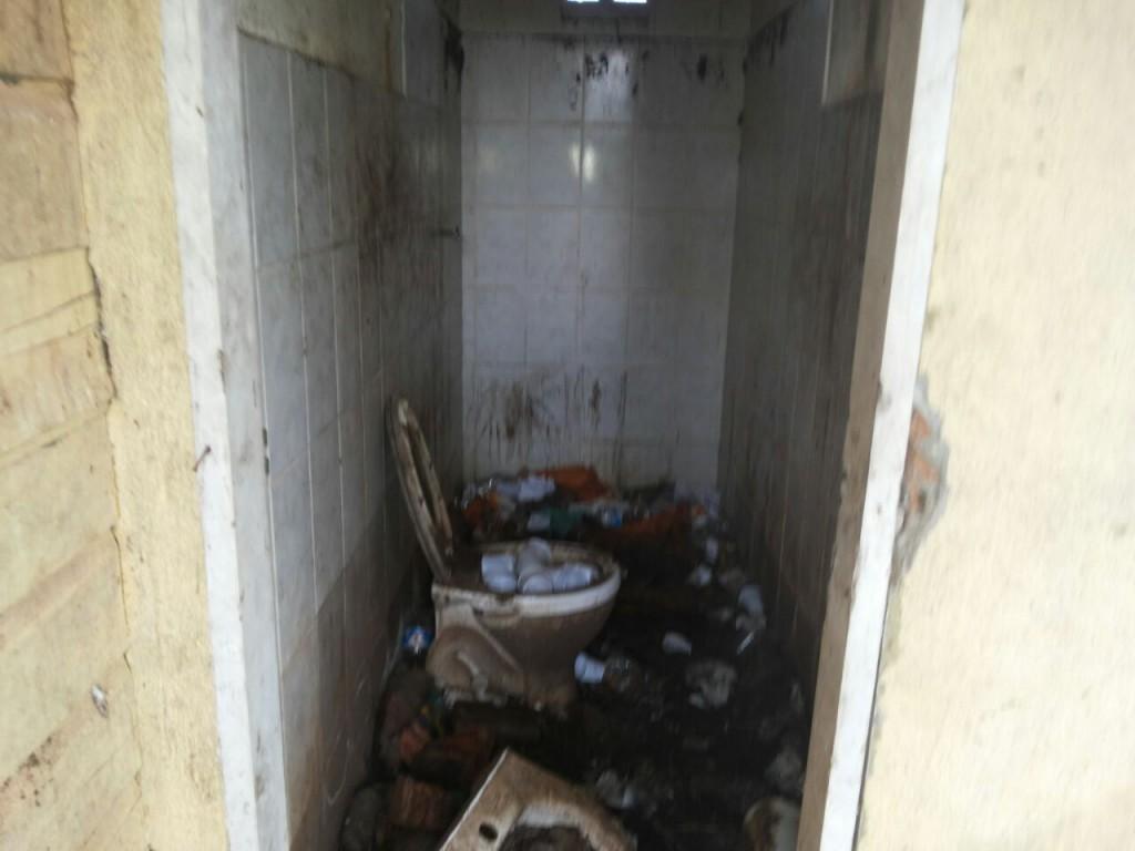 Banheiro foi desativado e acumula lixo
