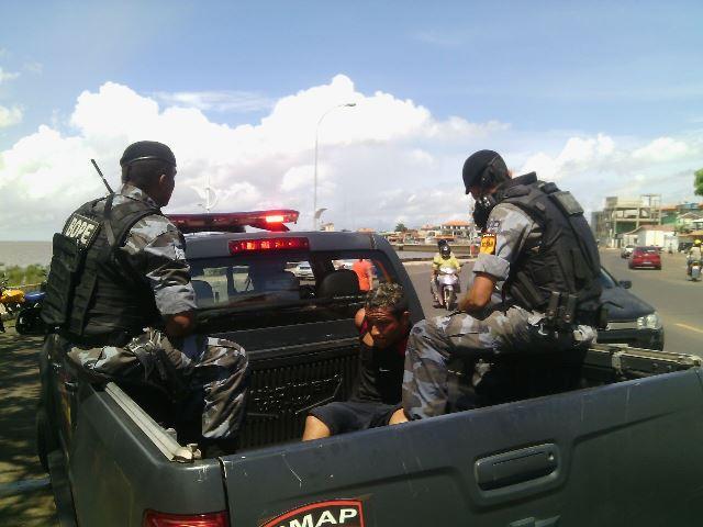 Bope contou com a ajuda de populares que foram indicando para onde o criminoso tinha fugido. Fotos: Olho de Boto