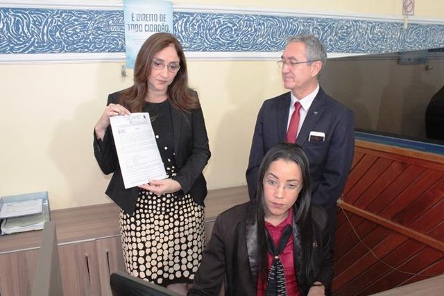 Juiza Liége Gomes exibe o novo documento. Fotos: André Silva