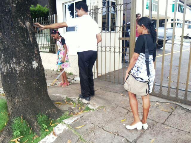 Dificuldade em andar pelas calçadas de Macapá. Fotos: André Silva