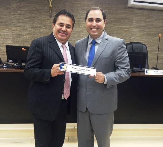 O novo conselheiro exibe a placa de identificação ao lado do advogado Ricardo Oliveira. Fotos: Divulgação