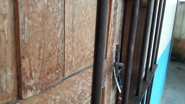 Porta da lanchonete foi arrombada...