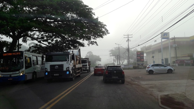 Rodovia Duca Serra ficou tomada pela neblina, mas a visibilidade não chegou a ser muito afetada. Fotos: Seles Nafes