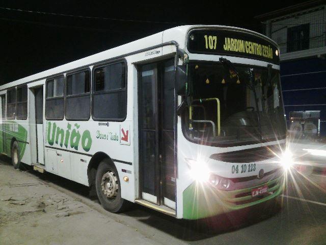 Ônibus assaltado pelo trio. Um continua foragido. Foto: Olho de Boto
