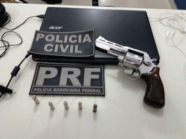 Passageiro foi detido com uma arma