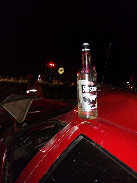 Uma garrafa de vodka foi encontrada dentro do veículo. BPRE acha que as vítimas estavam sem os cintos de segurança