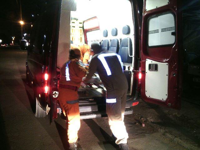 Vítima ;e socorrida em ambulância do Corpo de Bombeiros: madrugada agitada para o CBM e Samu