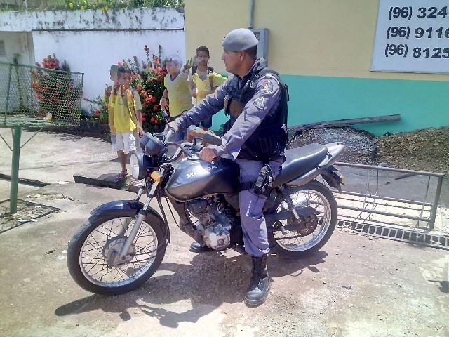 Policial conduz a moto que seria usada na fuga
