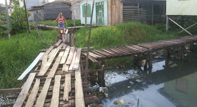 Moradores se equilibram para nāo cair da ponte. Fotos: André Silva