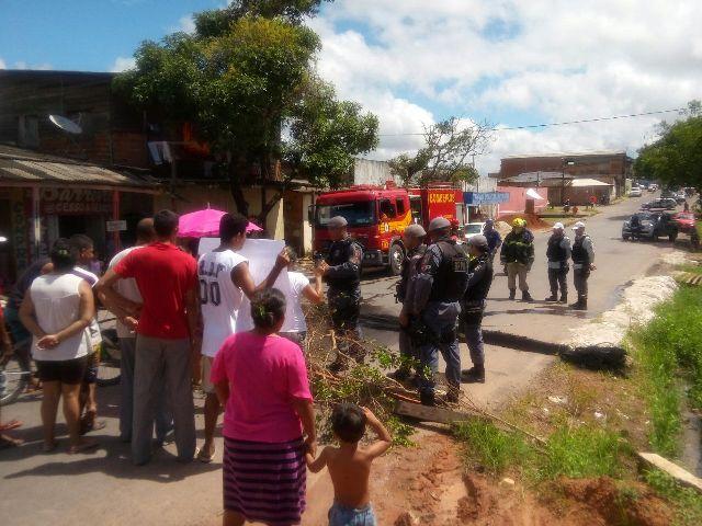 Moradores interditaram parte da rua em protesto