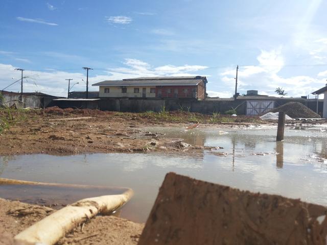 Canteiro de obra acumula lama e água