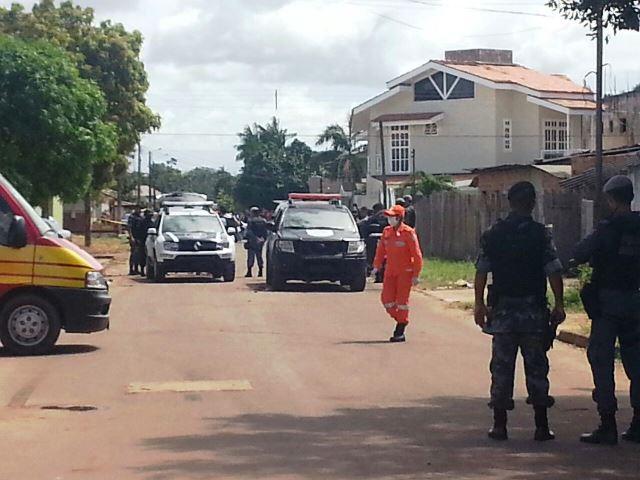 Equipes de socorro e policiais de outros batalhões isolam a área. Foto: Olho de Boto.