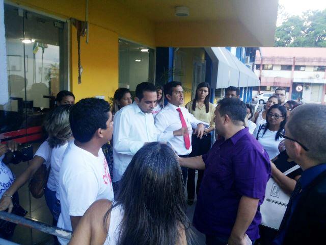 Deputados Ericláudio e Pedro da Lua conversam com os candidatos. Fotos: André Silva. Foto de capa: Secom