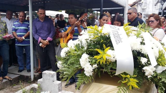 Amigos e familiares acompanharam o enterro