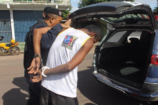 Acusado foi conduzido até a DECCM. Fotos: Valdeí Balieiro