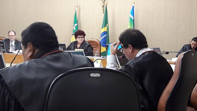 Presidente Sueli Pini observa voto do relator do processo, desembargador Carlos Tork. Foto: Seles Nafes