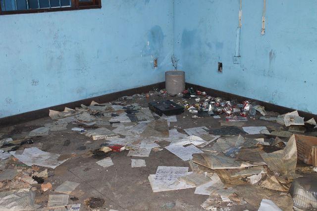 Interior do prédio acumula muito lixo. Fotos: Valdeí Balieiro