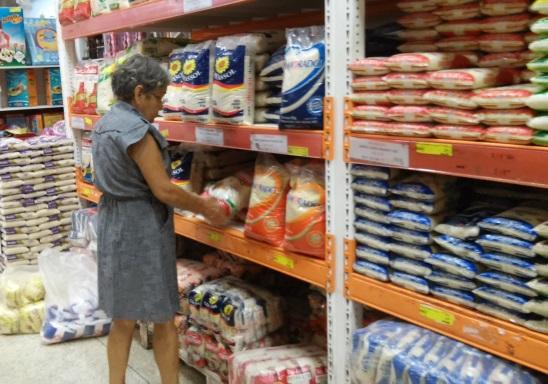 Dona Maria diz que vai levar arroz em dobro. Foto: Cássia Lima