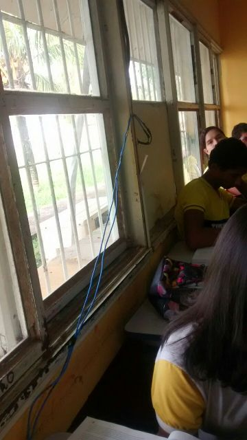 Estudantes e fios elétricos