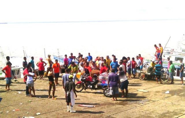 Amigos e familiares foram receber o corpo da vítima na Rampa do Açaí, no Santa Inês. Fotos: Olho de Boto