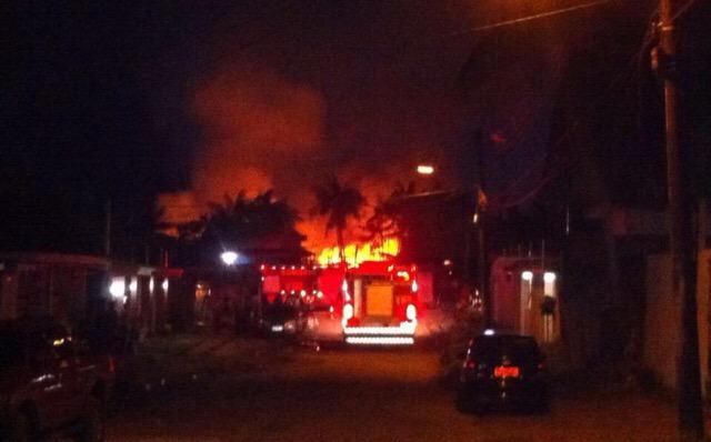 Corpo de Bombeiros precisou de quatro caminhões para apagar o incêndio