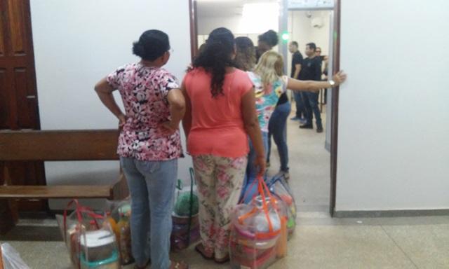 Mulheres esperando para passar pelo portal