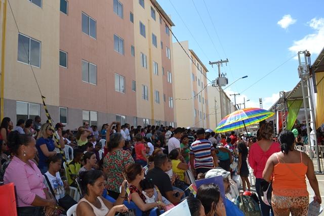 10 de junho, dia da inauguração e mudanças das famílias: roubo de bagagem. Fotos: Cássia Lima