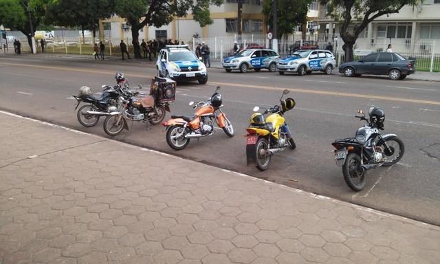 Polícia acompanhou de longe a manifestação. Fotos: Cássia Lima