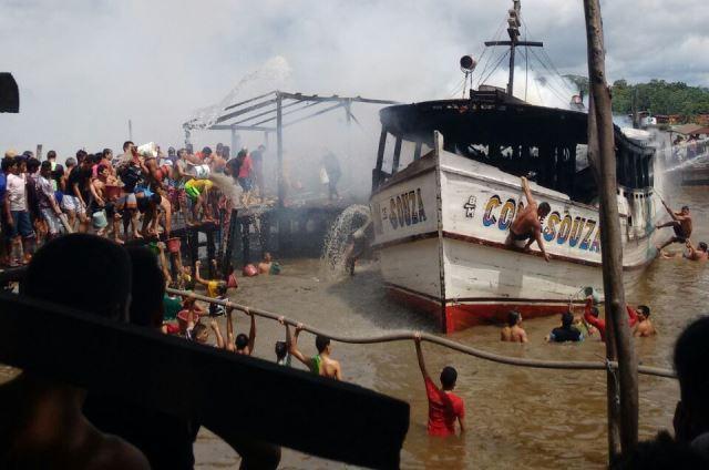 Moradores ajudam bombeiros no combate ao incêndio. Fotos: Rádio Afuá FM
