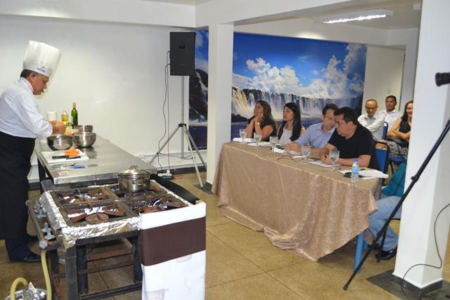 Chefe de cozinha prepara prato para o juri do Enchefs. Fotos: Seles Nafes