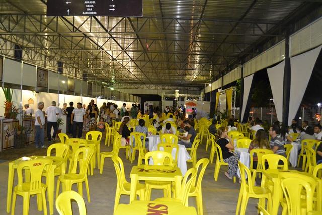 Espaçosa praça de alimentação do evento no Sebrae