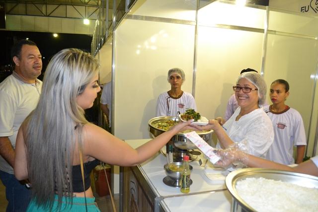 Público compareceu em massa ao festival. Melhor prato será escolhido em enquete no site SELESNAFES.COM