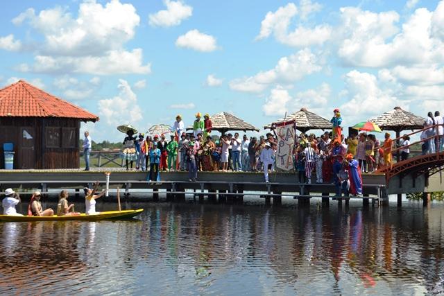 Moradores da área quilombola aguardam a chegada da Tocha no deck do Curiaú