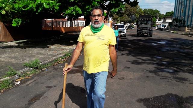 Gilvam Borges caminha pelas ruas de Macapá em pré-campanha: agora é encontrar um vice