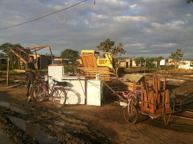 Morador colocou mobília e eletrodomésticos do lado de fora à espera de transporte